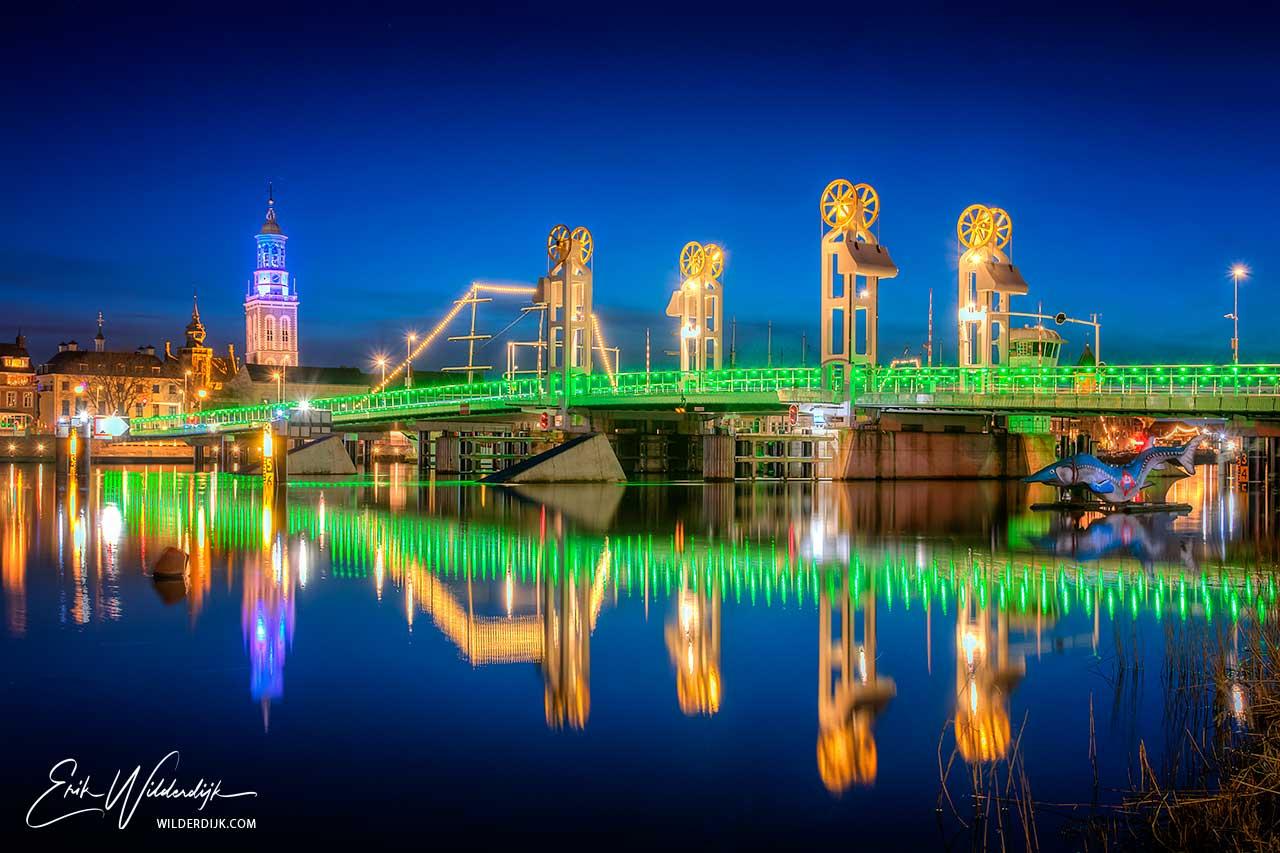 De groen verlichte stadsbrug van Kampen tijdens Earth Hour 2021