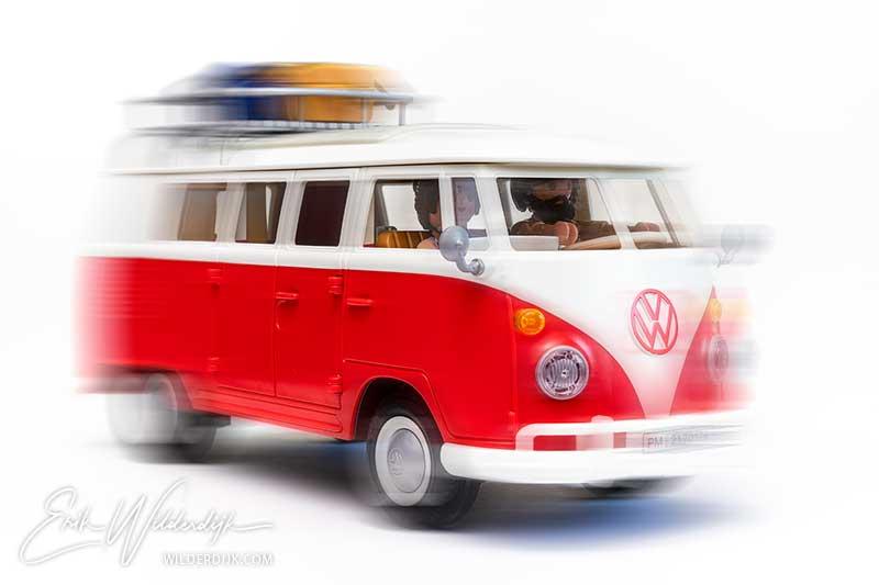 Een foto van de Playmobil VW camper waarin beweging wordt gesuggereerd
