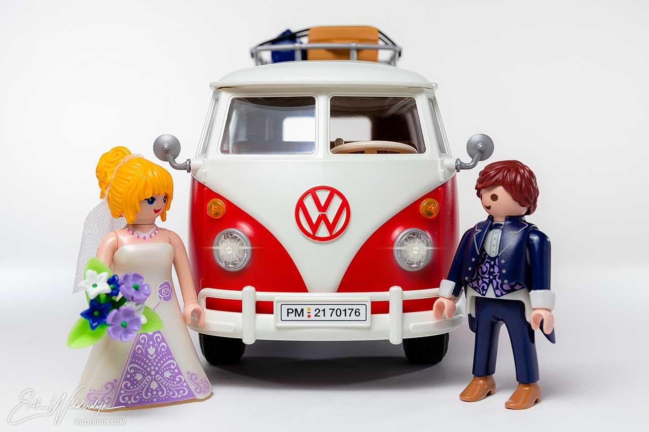 Rood witte VW bus van Playmobil met bruid en bruidegom
